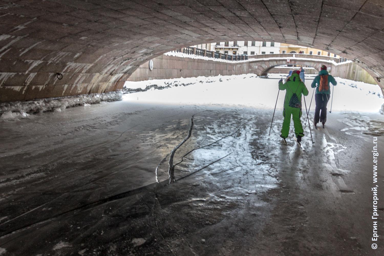 Лыжники под вторым зимним мостом Санкт-Петербург