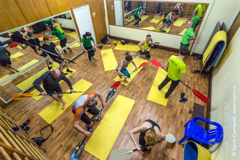 Тренировки каякеров в спортивном зале с веслами на суше без воды