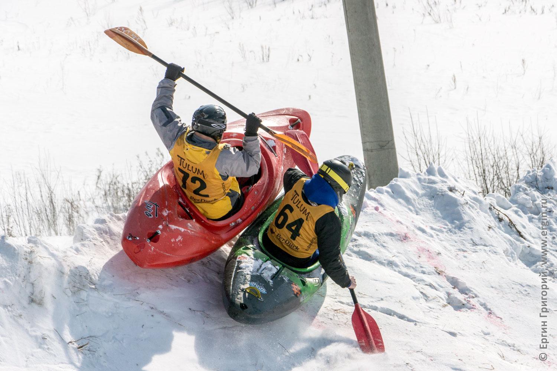 Сноукаякинг соперники сноукаякеры выталкивают друг друга с трассы борются за первое место