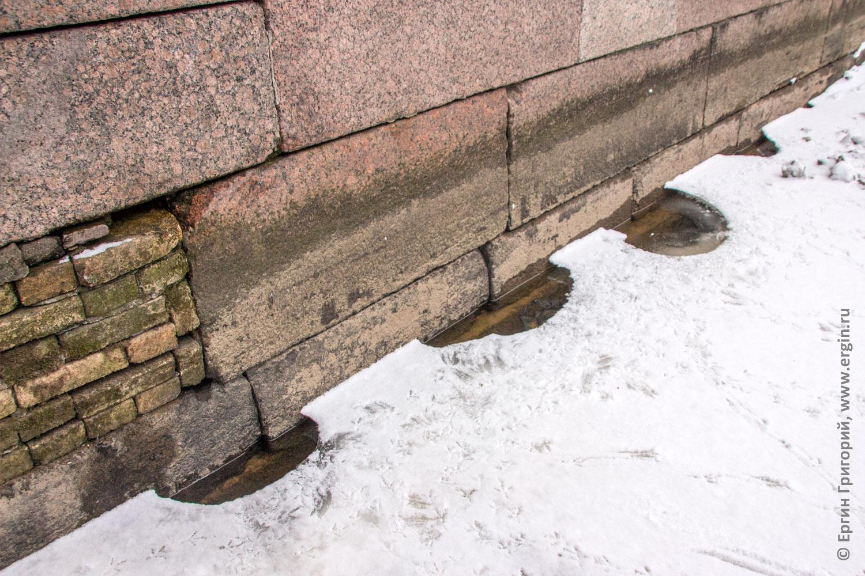 Санкт-Петербург канал Грибоедова проталины во льду и голубиные следы
