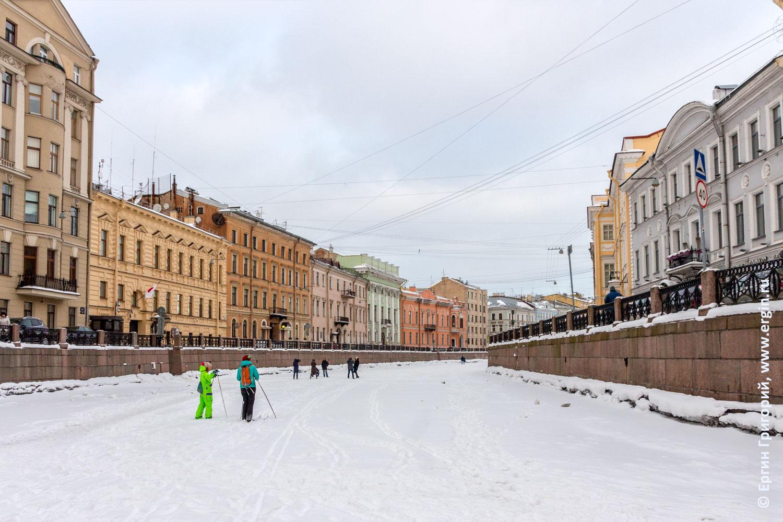 Санкт-Петербург лыжники гуляют по льду реки Мойки