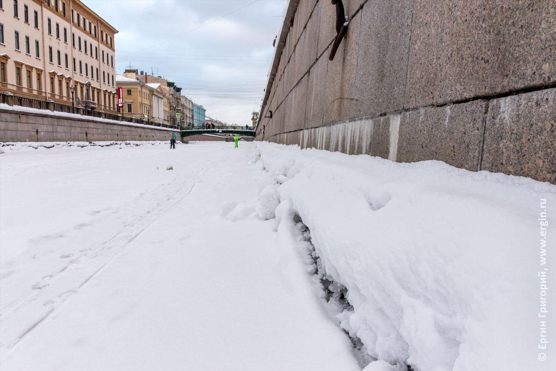 Замерзший канал Грибоедова снег лед Санкт-Петербург зима