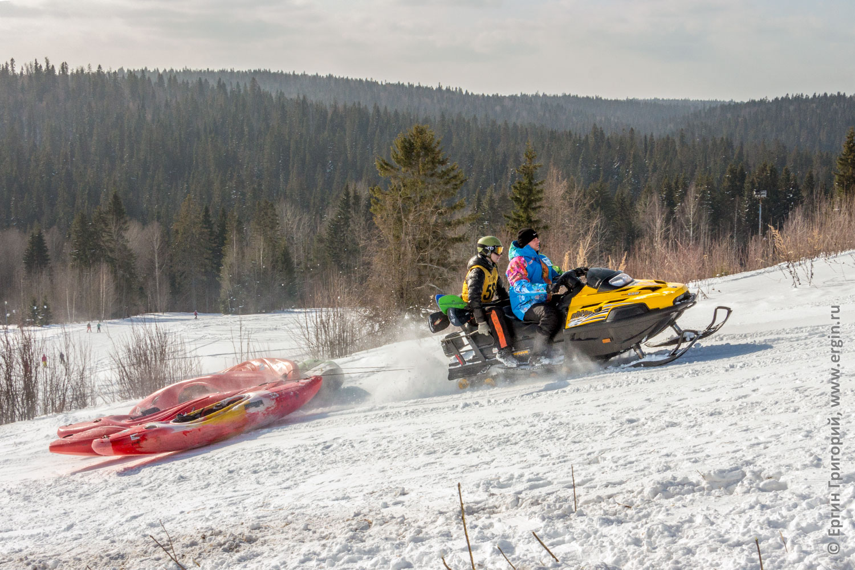 Заброска каяков на снегоходе на гору для соревнований по сноукаякингу