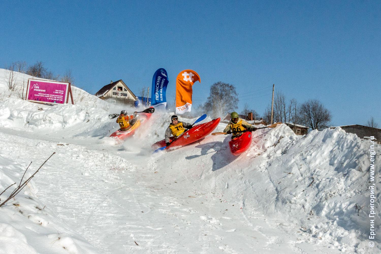 На соревнованиях по сноукаякингу каякеры набрали очень большую скорость