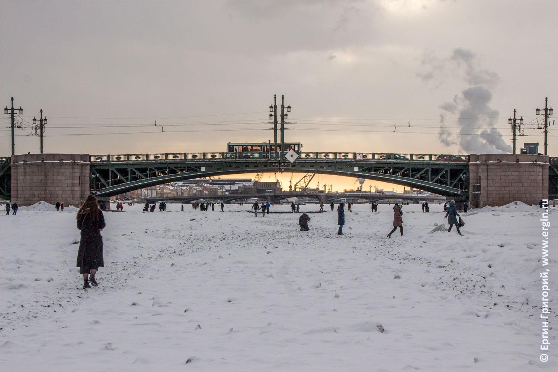 Дворцовый мост зимой люди на льду реки Невы
