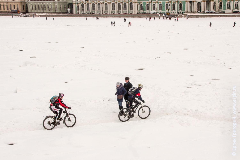 Замерзшая Нева Санкт-Петербург и велосипедисты на ней едут