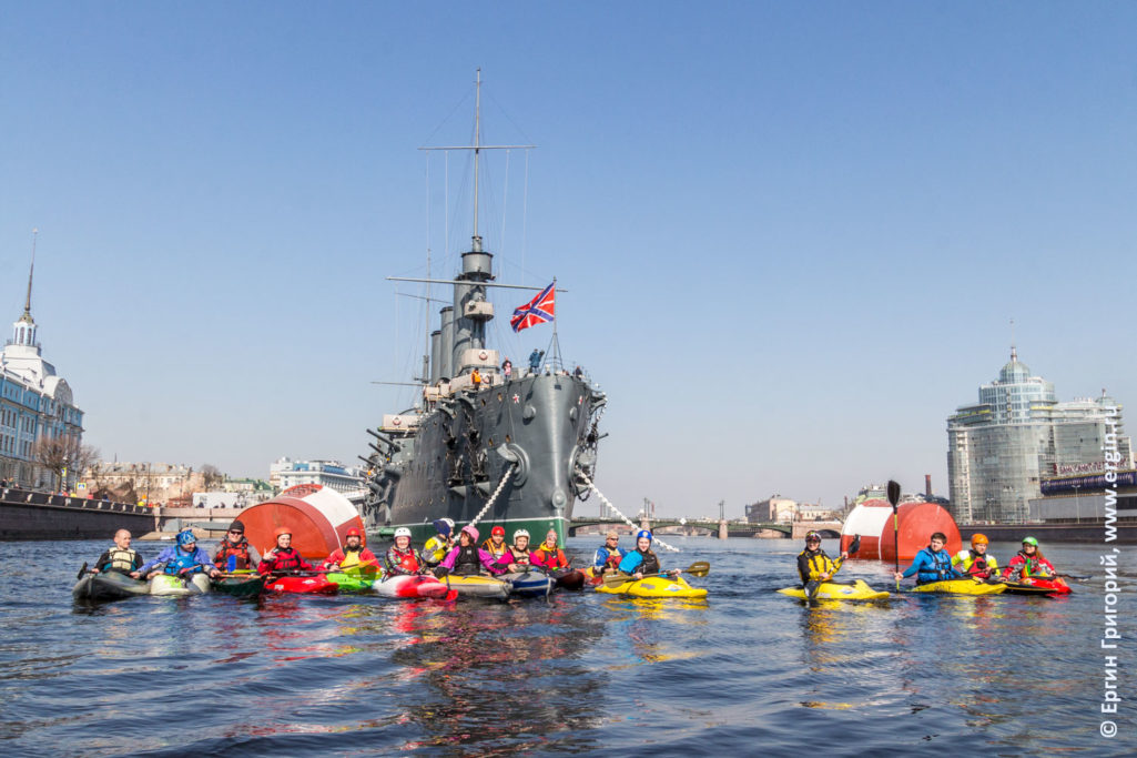 Каякинг в Санкт-Петербурге у крейсера Аврора на Неве