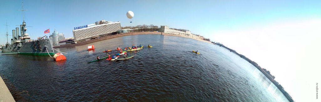 "Каякеры и крейсер ""Аврора"" панорама Санкт-Петербург Нева"