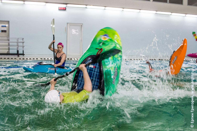 Тренировки по фристайлу на бурной воде в бассейне на каяках