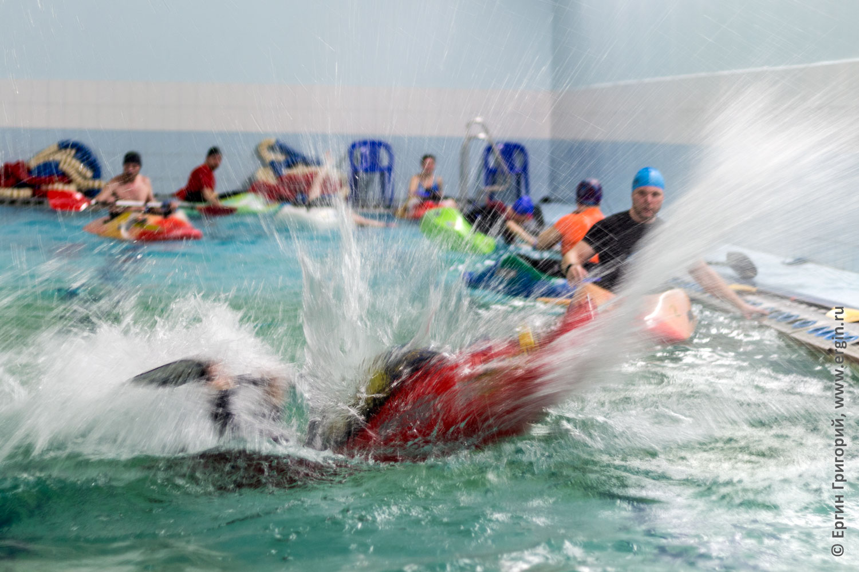 Элемент фристайл-каякинга луп брызги на каяке в бассейне