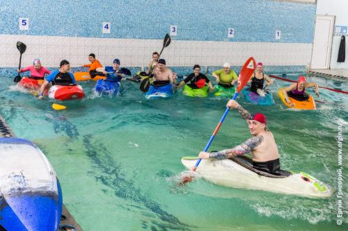 Группа по фристайлу на бурной воде в Лиговском бассейне родео на каяках с веслами
