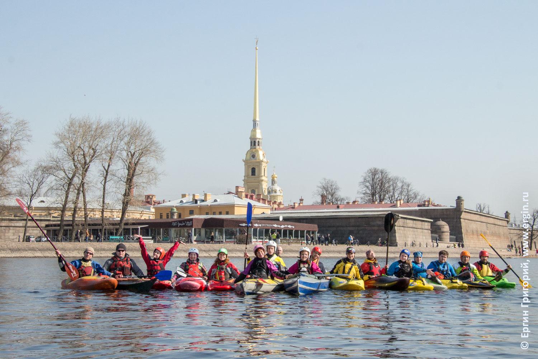 У Петропавловской крепости каякеры в Санкт-Петербурге