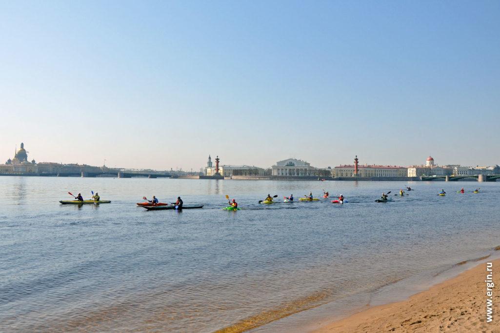 Пляж Петропавловской крепости и идущие мимо каякеры