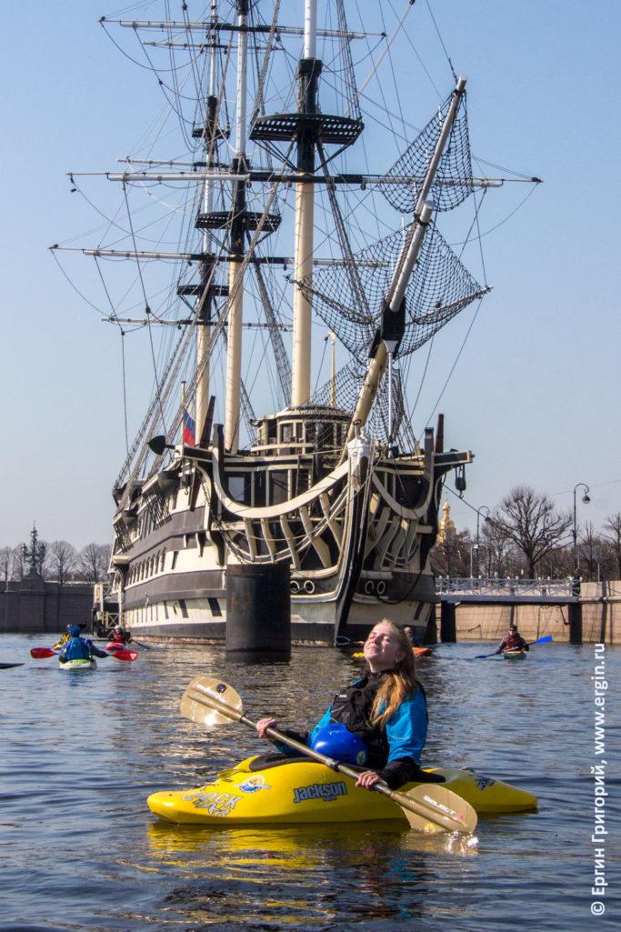 Каякерв Петербурге сидит на солнышке на Неве позитив
