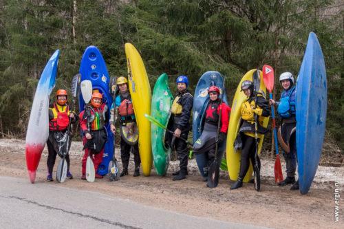 Участники сплава на каяках каякеры по реке Рощинка
