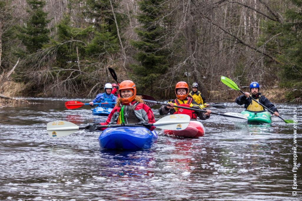Каякеры сплавляются по реке Рощинка в каяках гребут веслами
