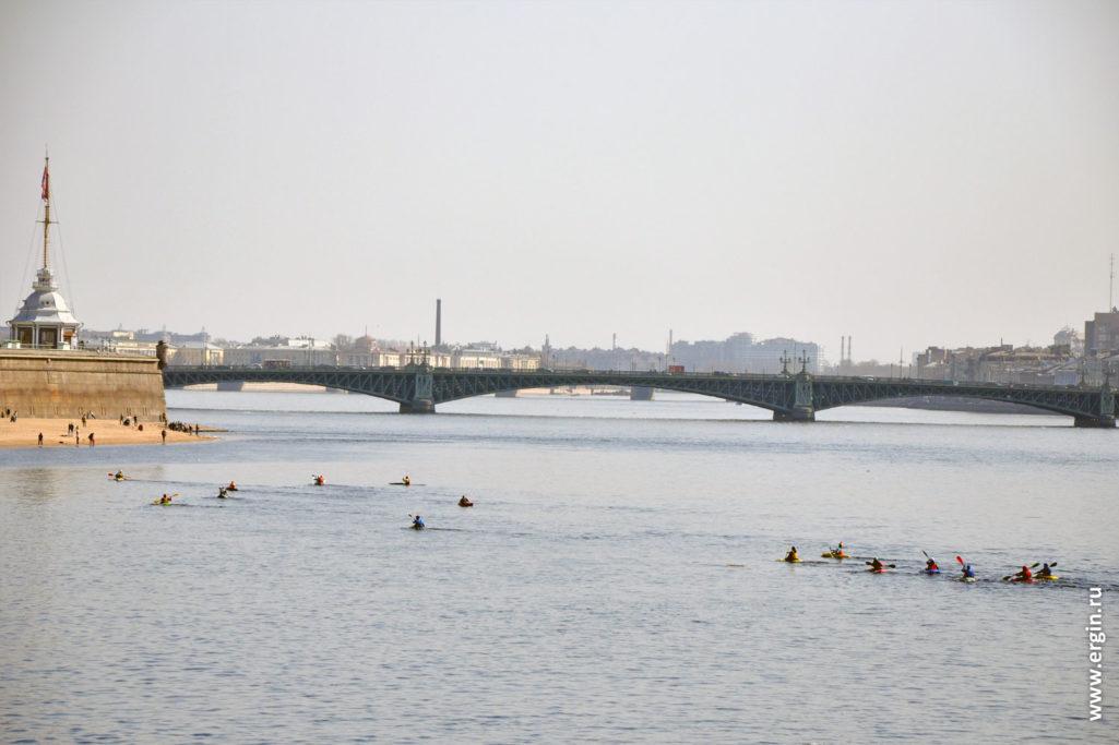 Пересечение фарватера реки Невы на каяках и байдарках в Санкт-Петербурге