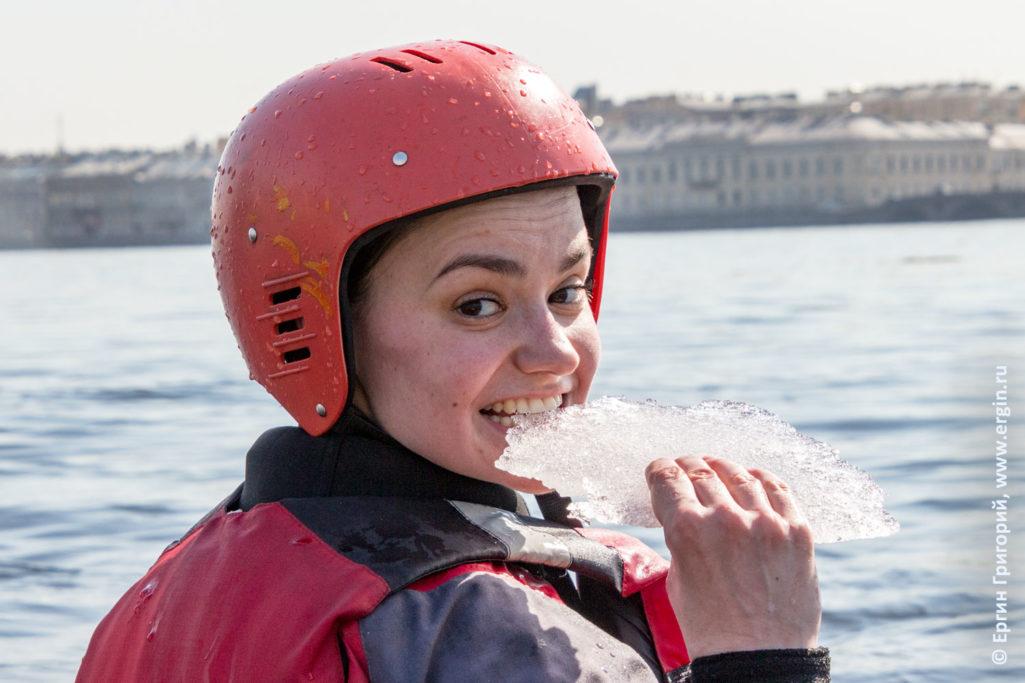 Поедание льда каякером на Неве в Питере плыть