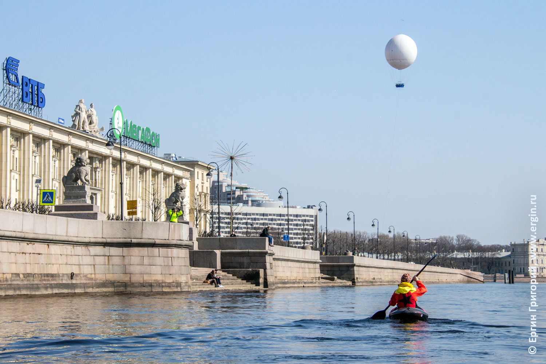Ши-Цза на Петровской набережной и мимо плывет каякер по Неве