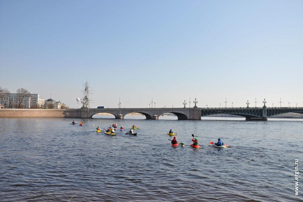 К Троицкому мосту направляется группа каяков по Неве
