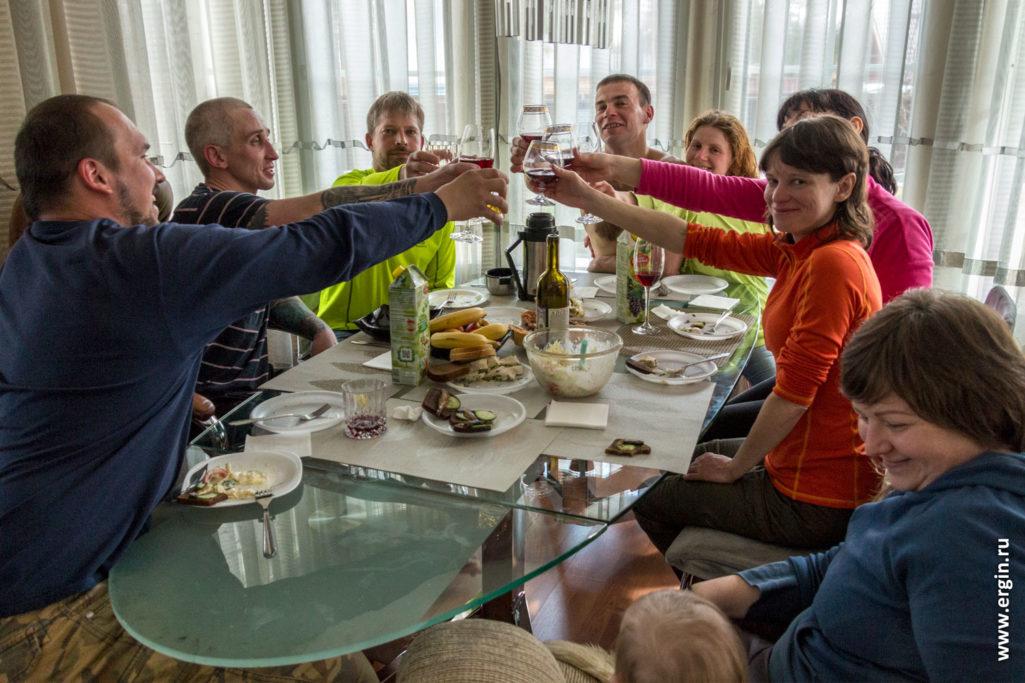 Праздник каякеров за столом тосты бокалы