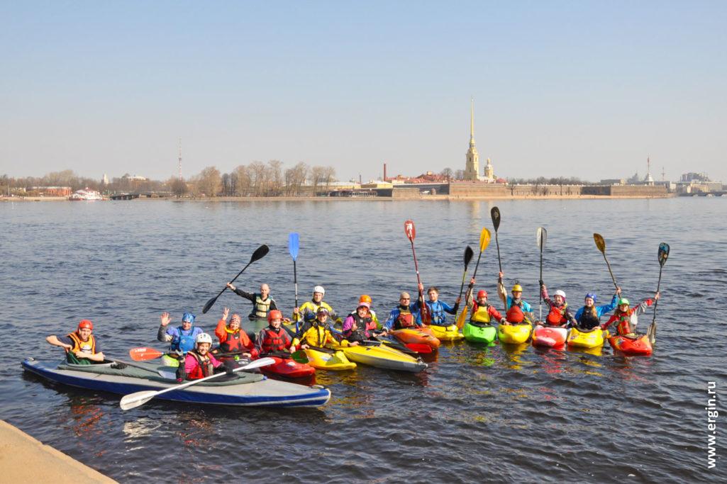 Каякинг в Санкт-Петербурга собираются на прогулку по Неве
