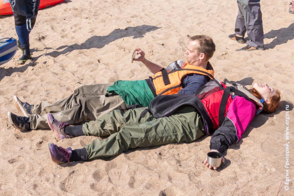 На пляже в Петербурге загорают отдыхающие каякеры
