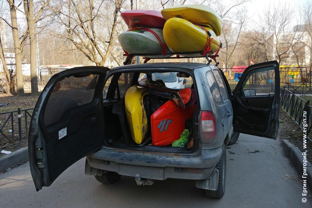 Полная машина каяков и на крыше на багажнике и в салоне едем кататься на реку Неву Санкт-Петербург