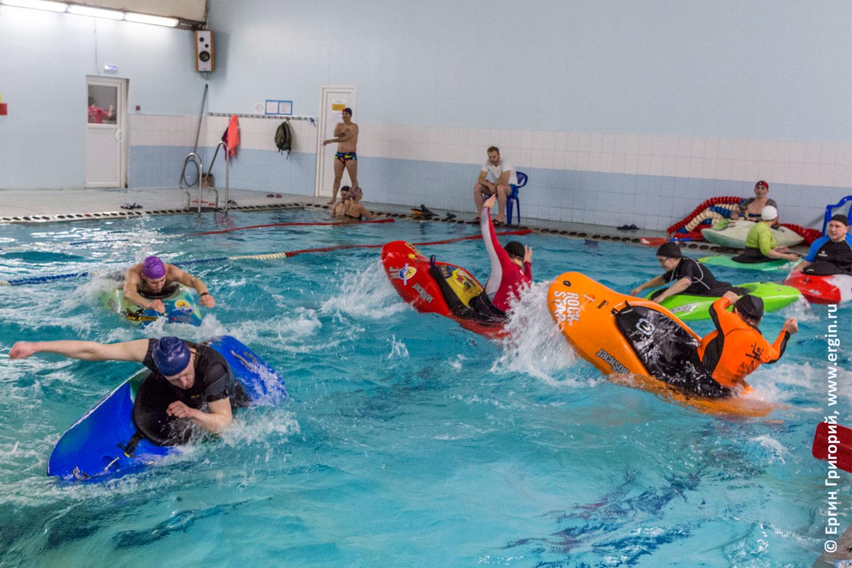 Каякеры тренируются на каяках в бассейне без весла фристайл