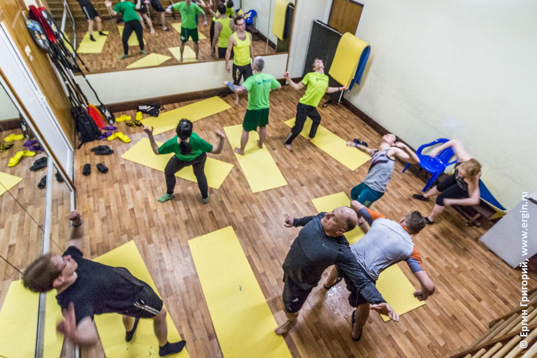 Упражнения по каякингу в спортивном зале на суше раскорякинг