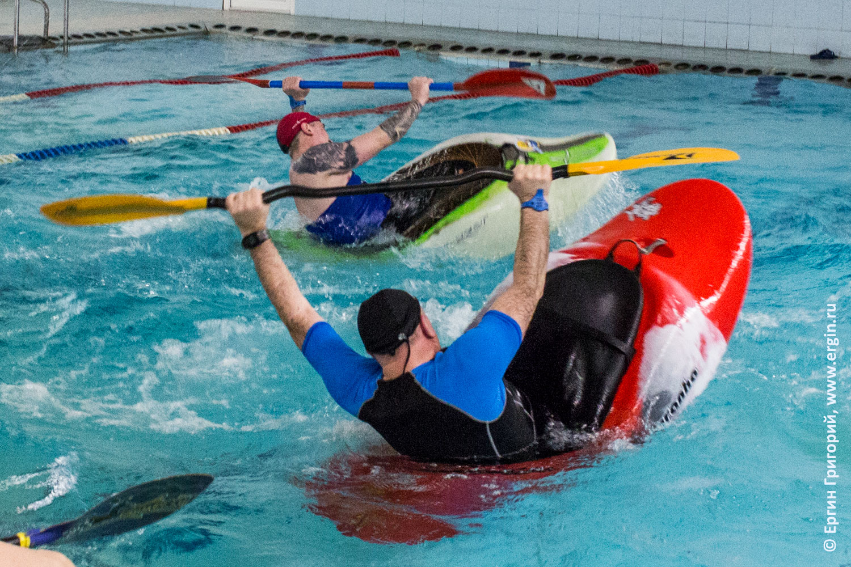 Выполнения элементов фристайла на бурной воде синхронно на каяках в бассейне
