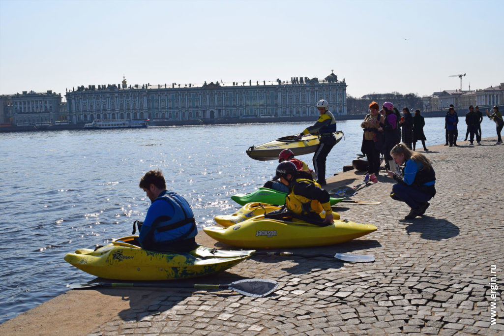 Каякинг на фоне зимнего дворца в Санкт-Петербурге