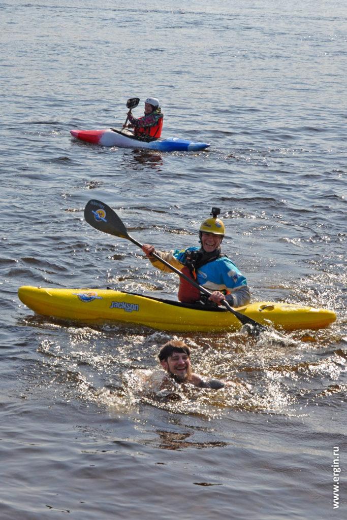 Каякер и морж на Неве в Санкт-Петербурге в холодной воде