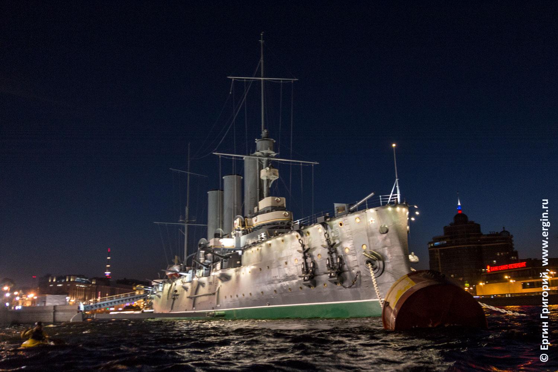 Каякер возле крейсера Аврора в Питере на Большой Невке ночью