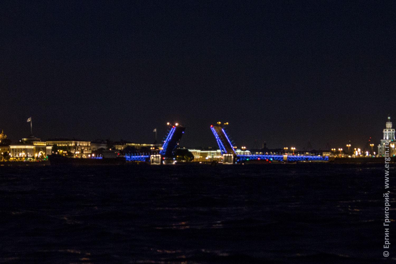 Дворцовый мост разведен в Санкт-Петербурге над Невой