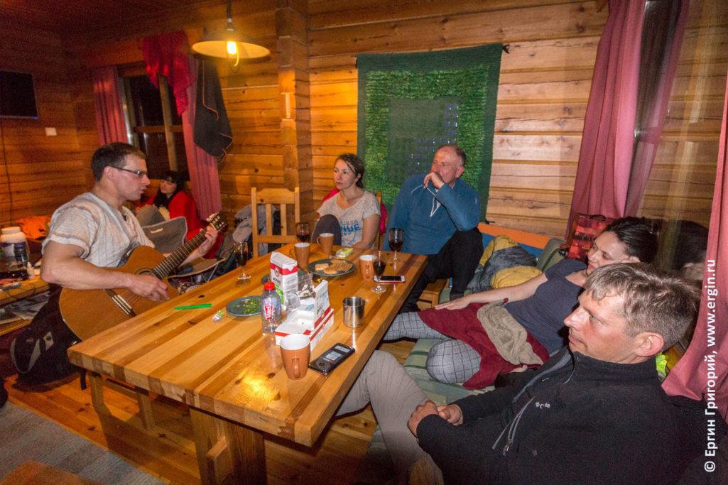 Коттедж в Финляндии вечер с гитарой поем песни
