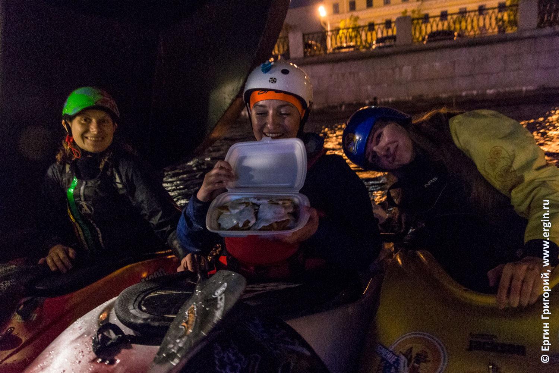 Каякеров СПб угощают в баре Забава на Большой Невке