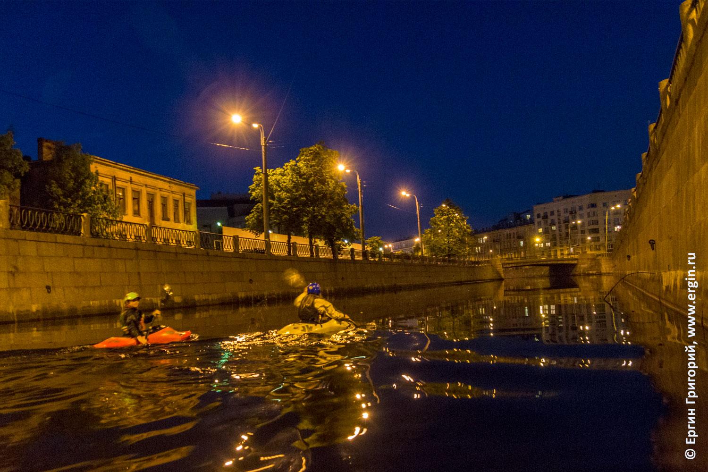 Каякеры в СПб гребут по реке Карповке