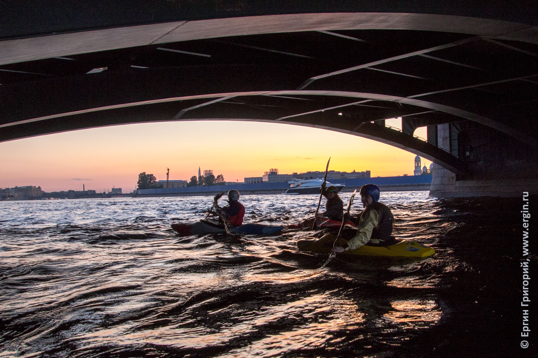 Каякеры на каяках проходят под Биржевым мостом по Неве Санкт-Петербург