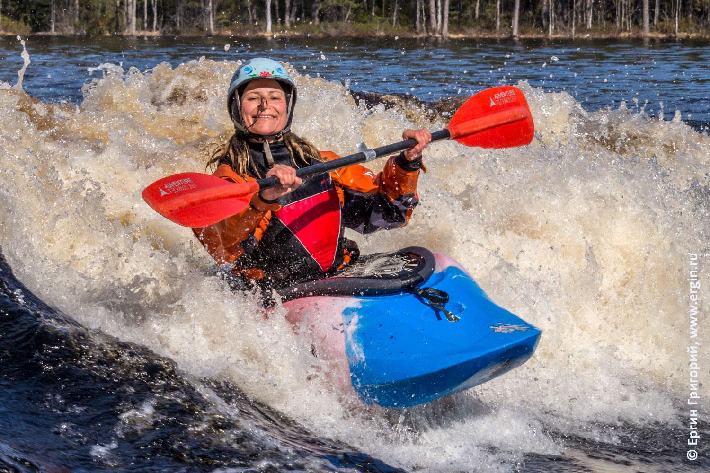 Каякерское счастье кататься на каяке по бурной воде улыбаться