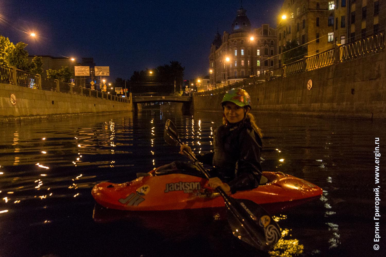 В Санкт-Петербурге каякер на реке Карповке ночью