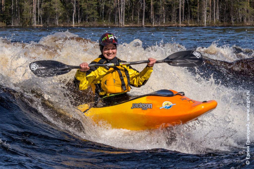 Каякинг позитив улыбки водичка цветные лодочки