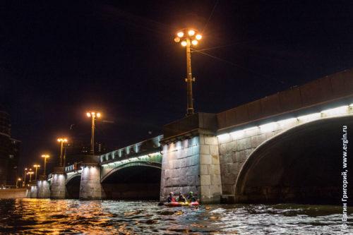 Каякеры на Большой Невке стоят у опоры Сампсониевского моста