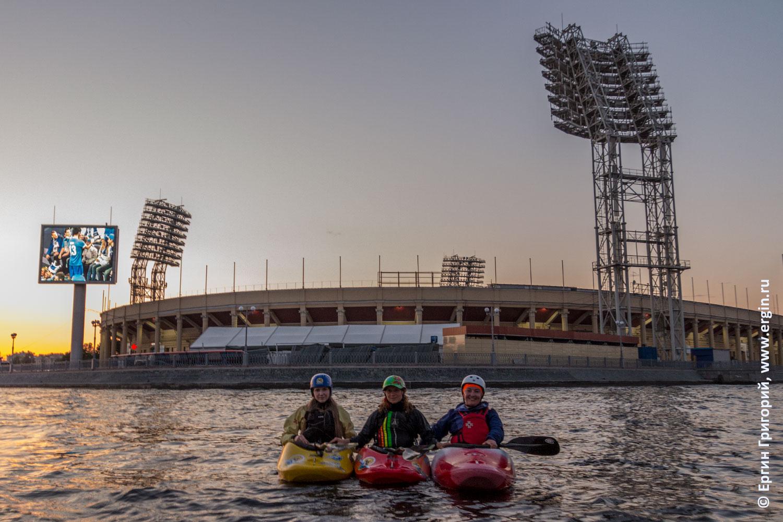 Каякеры на реке Ждановка в Санкт-Петербурге на фоне Петровского Стадиона