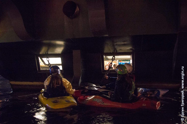 Каякеры подошли по воде к окнам плавучего бара Забава в Питере на Большой Невке