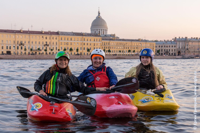 Каякеры на Неве в Санкт-Петербурге на фоне Екатерининской церкви