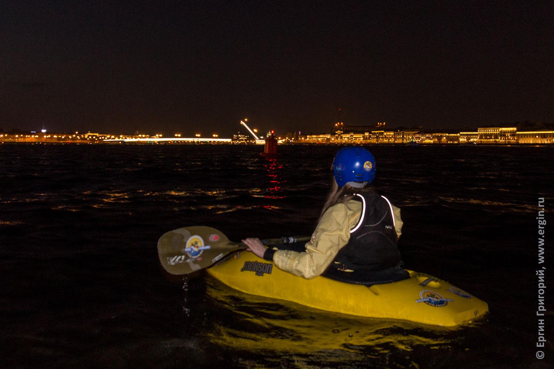Каякер с воды Невы наблюдает развод мостов в Санкт-Петербурге ночью