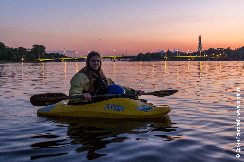 Каякер в Санкт-Петербурге на фоне башни Газпрома закат малая Невка