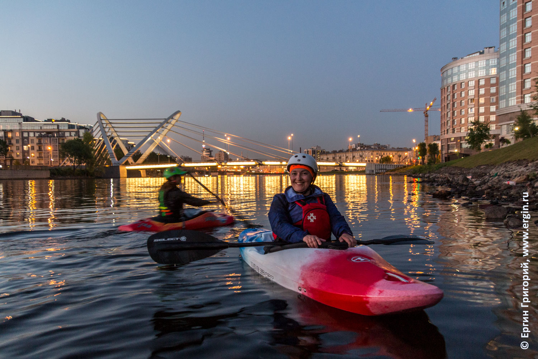 Каякеры на малой Невке в Санкт-Петербурге перед Лазаревским мостом