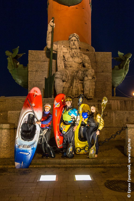 Каякеры после прогулки по Санкт-Петербургу у Ростральной колонны с каяками и веслами
